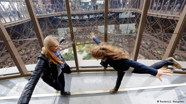 Eiffel-Tower-glass-floor_1